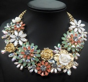 The new three-dimensional flowers in spring and summer in Europe and America necklace ladies luxury crystal necklace cl